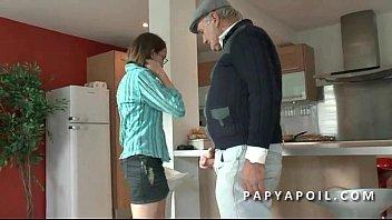 papy baise une jeune et jolie.
