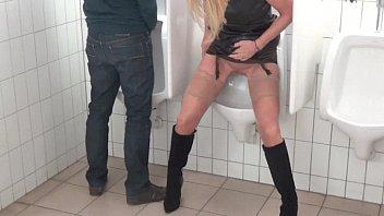 angel pisse dans les toilettes des.