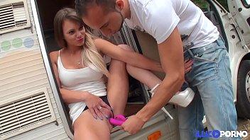 Tiffany Leidi baise un fétichiste dans un camping-car