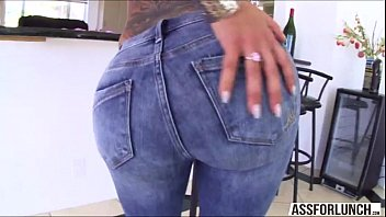 cool bella wiggles her thick rump on her.