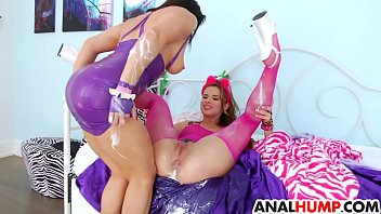 Les babes take cream and toys in her assholes