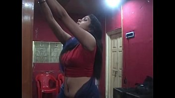 stellar desi switching saree demonstrating deep tummy button.